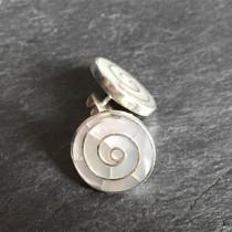 Pendientes botón espiral blanca