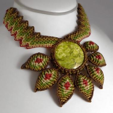 Serpentine flower macrame necklace